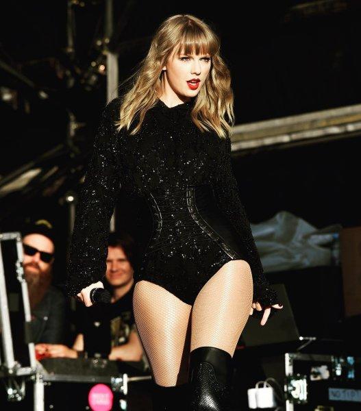 Тейлор Свифт скрывает расплывшуюся фигуру под тугими корсетами и колготами в сетку