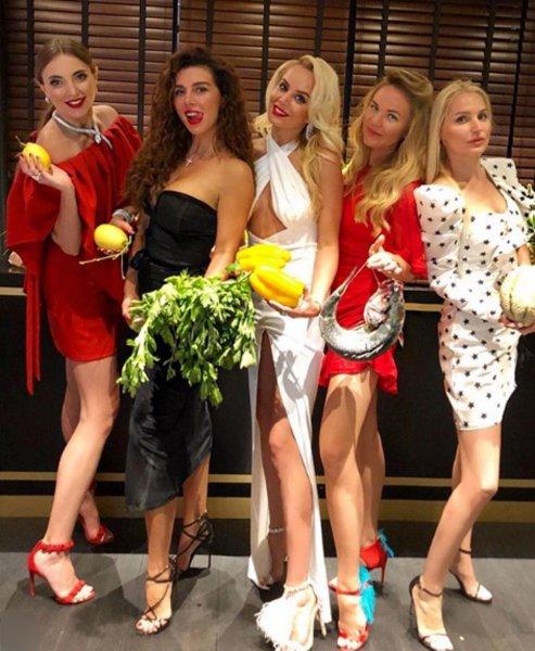 Анна Седокова при параде «взялась за готовку» в фешенебельном ресторане Монако