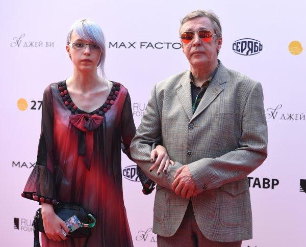 Михаил Ефремов показал обществу свою 17-летнюю дочь