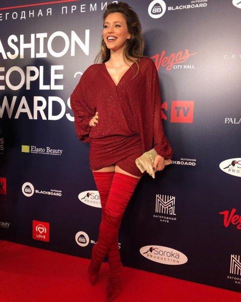 Красные ботфорты-чулки перетянули стройные ноги Регины Тодоренко