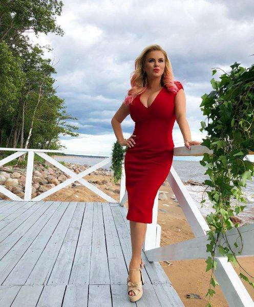 «Мисс Силикон»: Анна Семенович пышными формами анонсировала новый клип