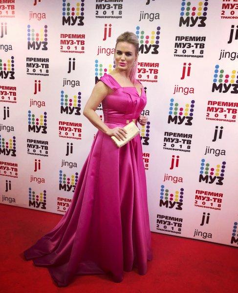 Нагиев зацеловал пышную грудь Семенович на премии «Муз-ТВ»