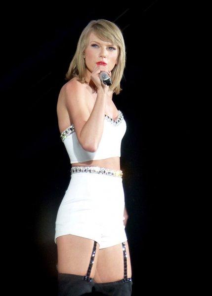 «Почти plus-size»: Тейлор Свифт шокировала фанатов толстыми ляжками
