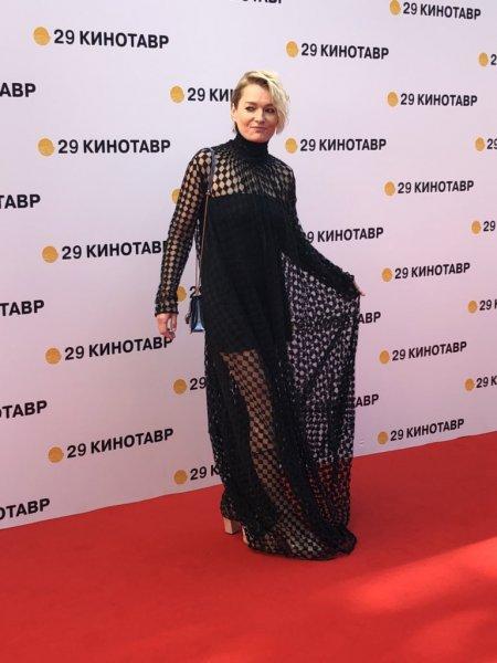 Алена Свиридова ужаснула зрителей платьем-сеткой на «Кинотавре»