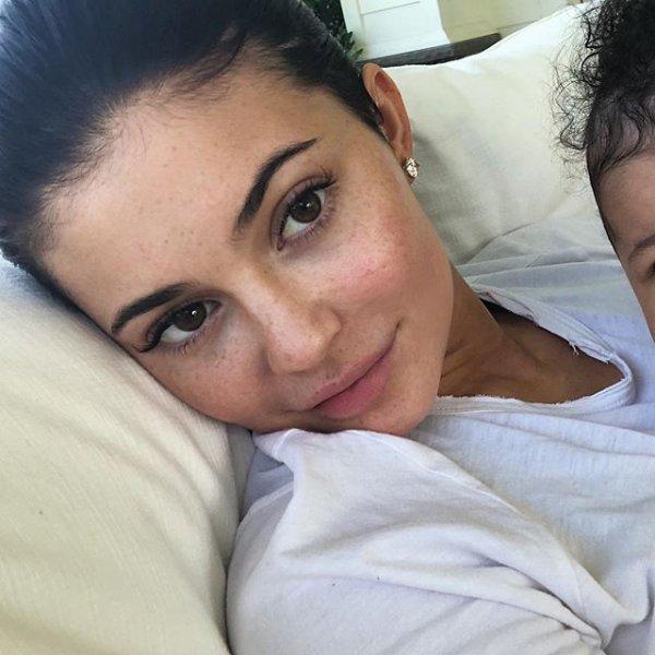 Кайли Дженнер с веснушками и без макияжа вызвала панику в Сети
