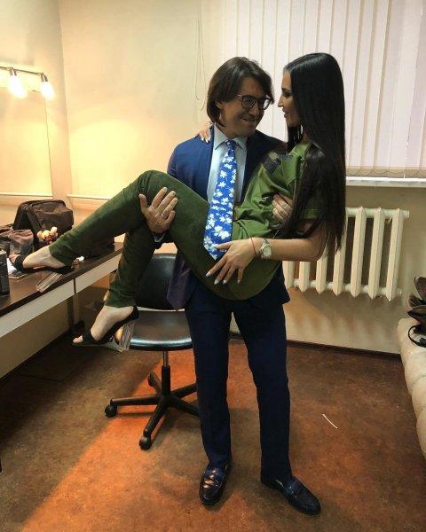 Многое остаётся за кадром: Жена Андрея Малахова призналась, что ревнует его к Бузовой