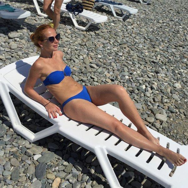 42-летняя Елена Захарова похвасталась стройной фигурой после родов