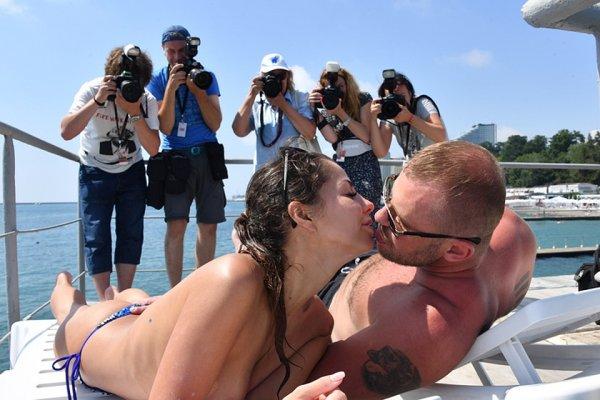 Полностью голая Елена Беркова приняла пляж «Кинотавра» за нудистский