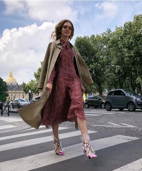 Наталью Водянову заметили на улицах Парижа в туфлях-пакетах