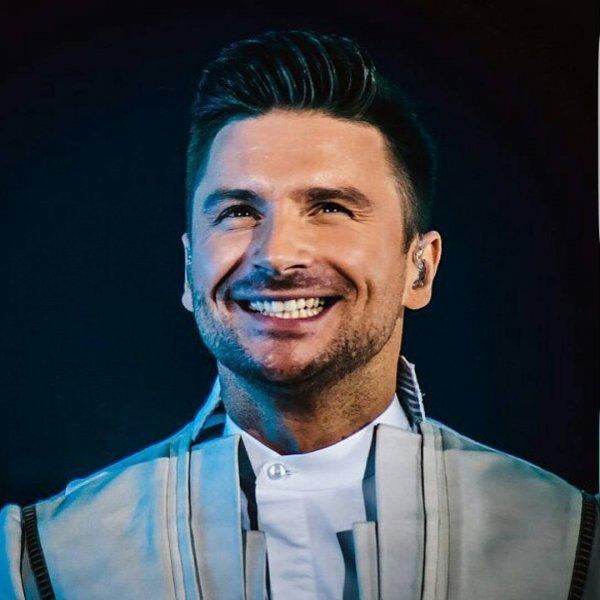 «Вот что значит улыбка во все 32 зуба»: Лазарев удивил фанатов своей внешностью