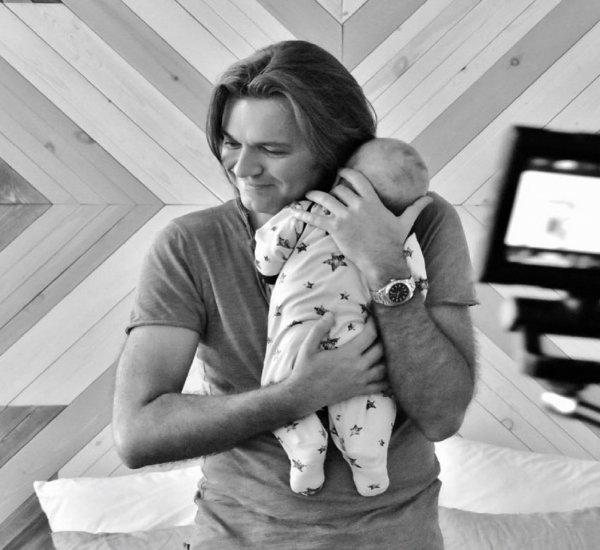 Дмитрий Маликов показал пятимесячного сына Марка со съемок клипа