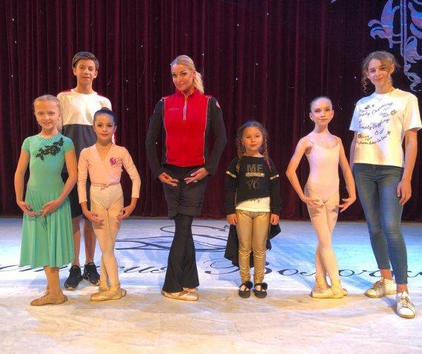 На сцену в убогом тряпье: Волочкова снова появилась на публике в старом заношенном костюме