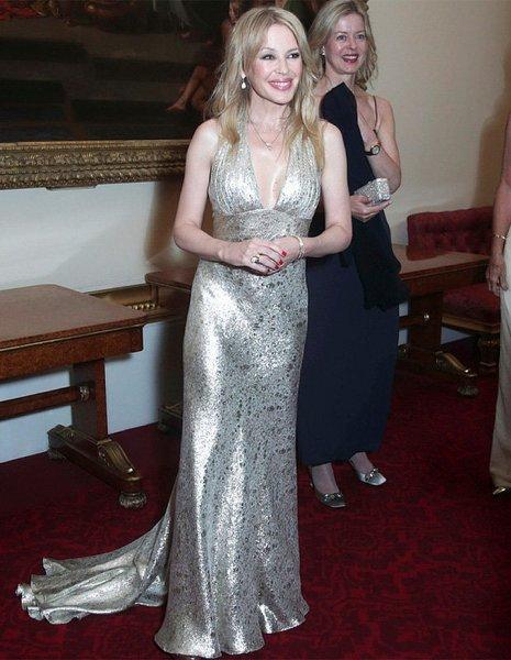 Кайли Миноуг поразила фанатов фигурой в шелковистом платье