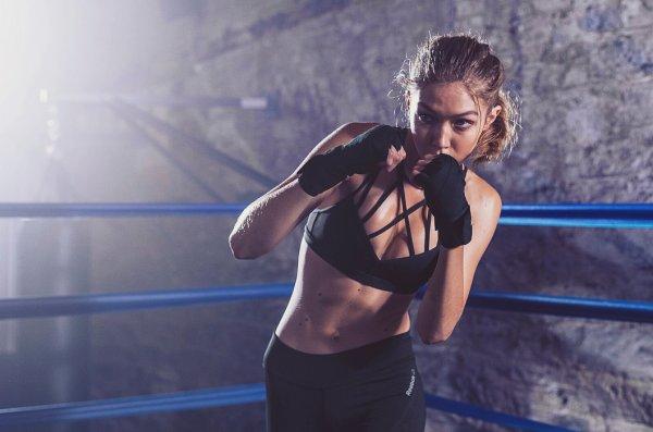 Модель Джиджи Хадид удивила фанатов в образе боксёра