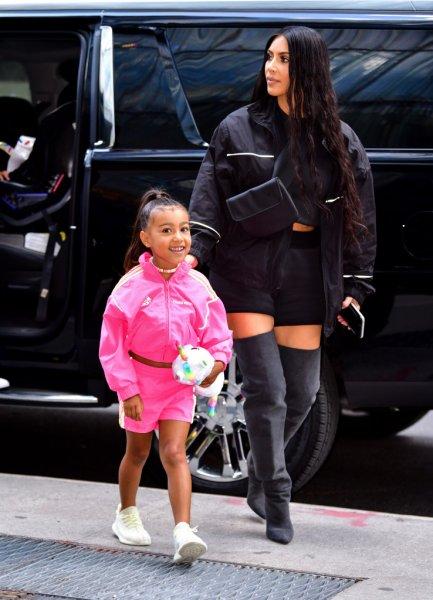 Ким Кардашьян раскритиковали за выпрямление волос дочери