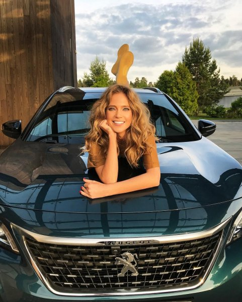 «Львица на Peugeot»: Певица Глюкоза разлеглась на дорогой иномарке