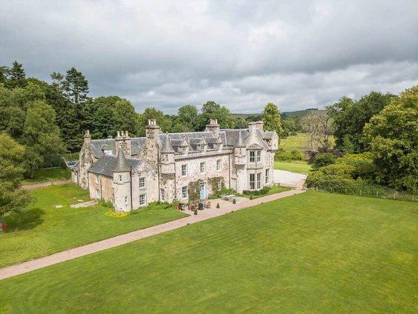 4 тысячи фунтов за ночь: Озвучены цены номера в замке, где состоится свадьба героев «Игры престолов»