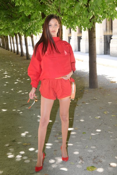 На показе мужской линии Louis Vuitton Белла Хадид явилась в суперкоротком комбинезоне