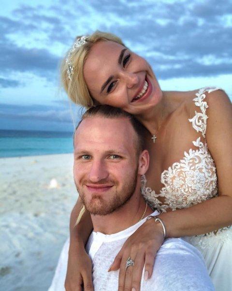 Подруга певицы Пелагеи поделилась редчайшим свадебным снимком звезды