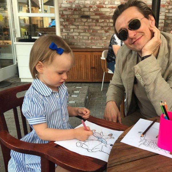 Папина красавица: Сергей Безруков показал у себя на странице заметно выросшую дочь