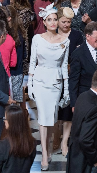 С герцогини по нитке – и королева: Анджелина Джоли скопировала наряды Меган Маркл и Кейт Мидлтон