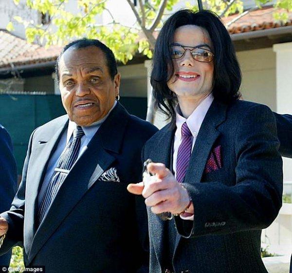 Дочь Майкла Джексона почтила память покойного деда в соцсети и пошла «горевать» на пикник