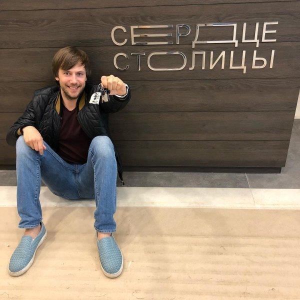 Иван Жидков получил ключи от новой квартиры