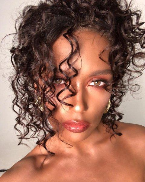 «Я против вмешательств во внешность»: Чернокожая Ольга Серябкина хочет изменить цвет кожи