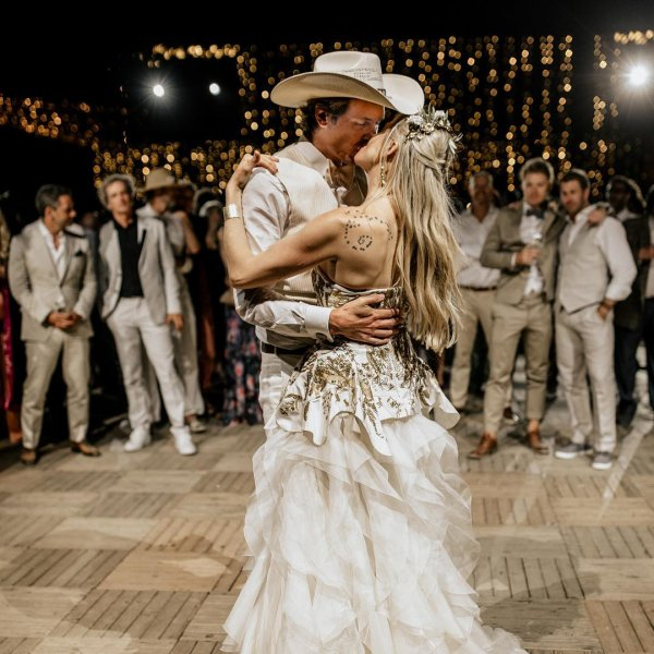 Брат Илона Маска восхитил пользователей семейным снимком со свадьбы
