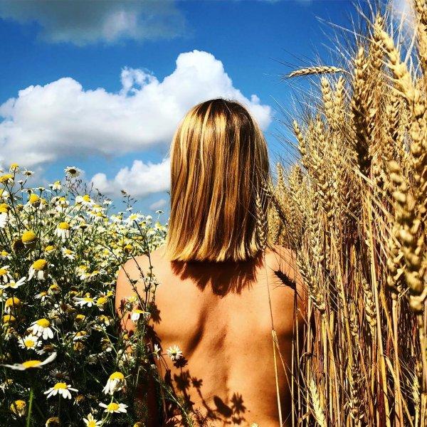 «Заворот гортани»: Голая Любовь Толкалина в пшенице шокировала поклонников