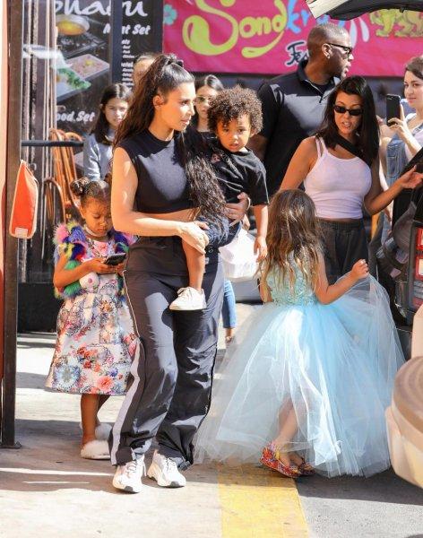 Дети Ким Кардашьян выглядят несчастными из-за участия в показе мод