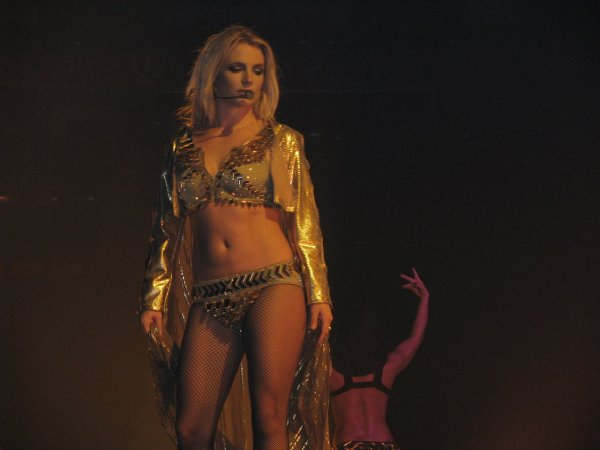 Бритни Спирс снова «потеряла» грудь во время концерта