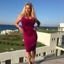 «Какая нелепая фигура»: Анна Семенович в облегающем платье облокотилась «на горизонт»