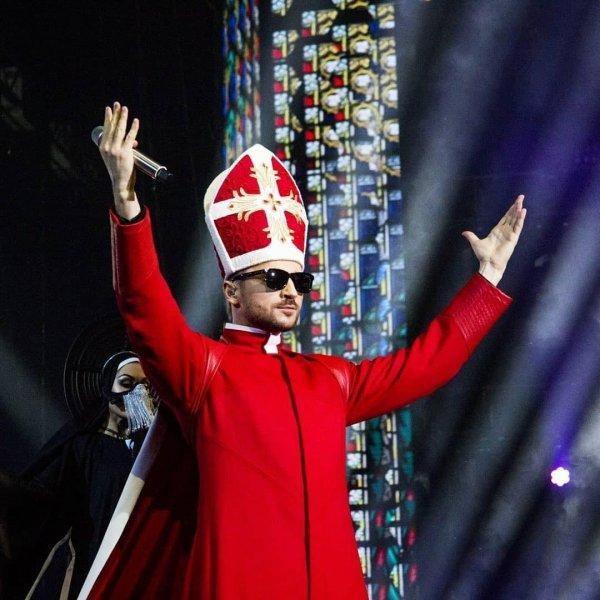 «Такому я бы молилась!»: Лазарев в наряде Папы Римского удивил фанатов