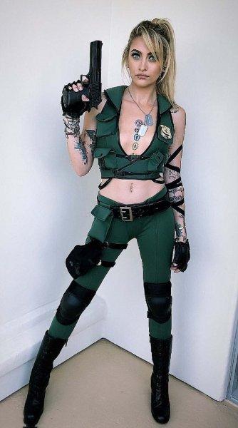 Дочь Майкла Джексона показала свою фигуру в костюме на фестивале Comic-Con