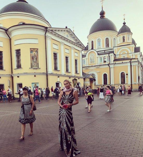 Волочкова пришла молиться в церковь в вечернем платье
