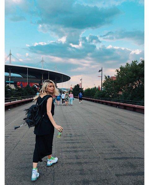 Лобода отправилась на отдых с дочерями в Подмосковье