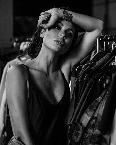 «Прямо Джоли»: Ляйсан Утяшева показала таинственность и чувственность