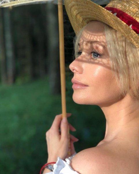 Выглядит вдвое моложе: 46-летняя Елена Корикова восхитила поклонников снимками с пляжа
