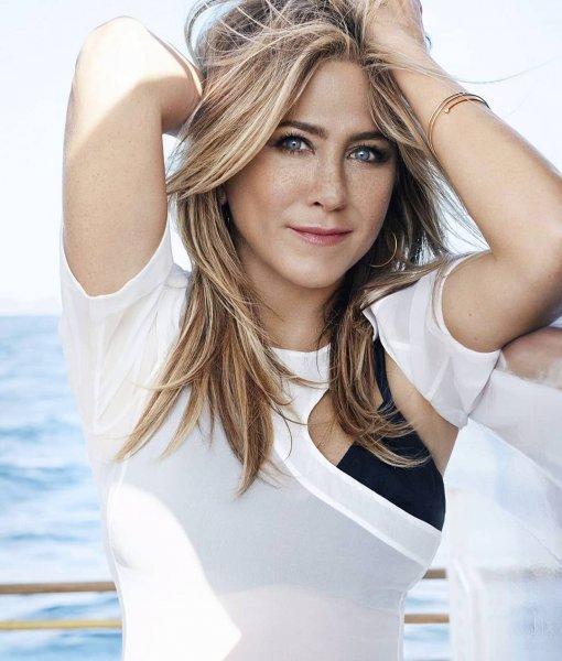 Дженнифер Энистон засветилась возле особняка Клуни