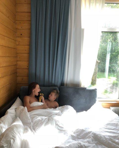 Актрису Эвелину Бледенс раскритиковали за откровенные фото с сыном
