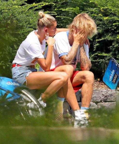 Бибер рассказал, почему расплакался на глазах у невесты в парке