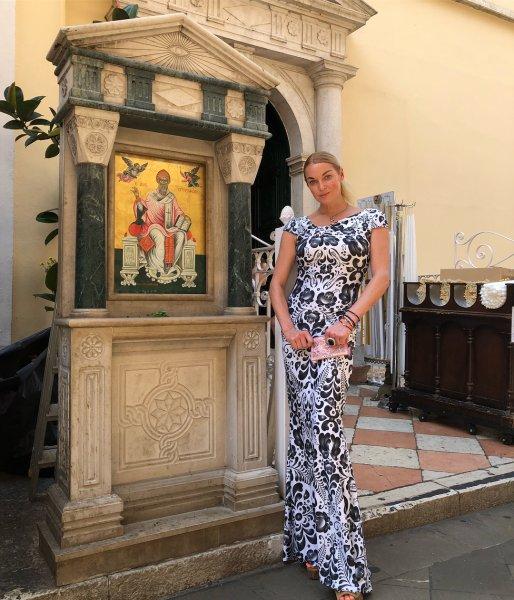«Дальше газона не пускают?»: Анастасия Волочкова опубликовала фото из отеля в Греции