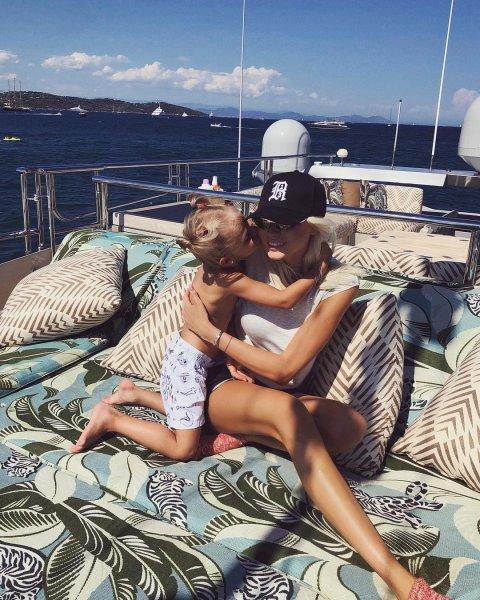 Тимати отдыхает на яхте с новой возлюбленной и бывшей женой