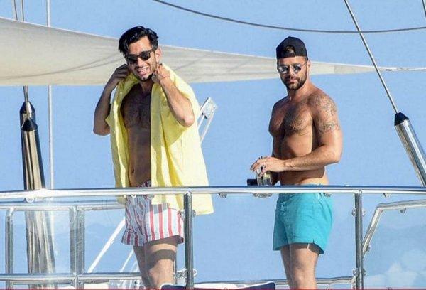 Голые и в масле: Папарацци сфотографировали Рики Мартина с мужем на яхте