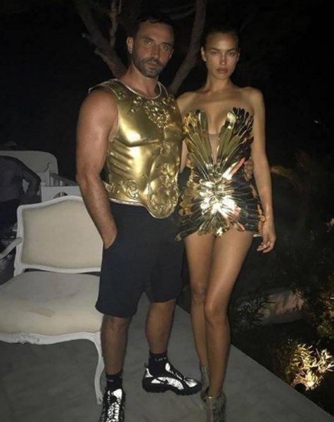 Ирина Шейк удивила на Ибице «золотым» нарядом