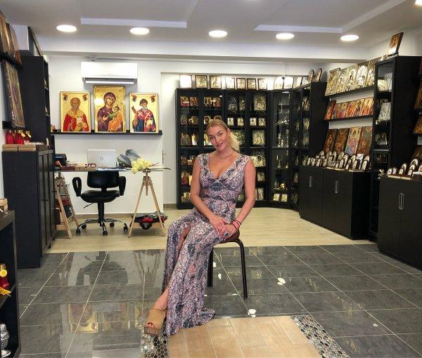 Волочкова вернулась в Грецию и начала рекламировать иконы