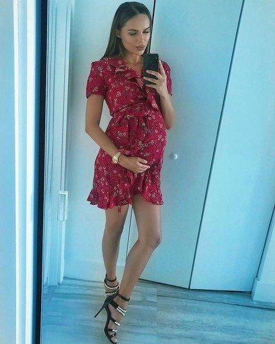 Беременную Ханну критикуют за обувь на высоких каблуках