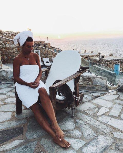 Наконец немного прикрыла стыд: Фанаты обсудили фото Седоковой в полотенце