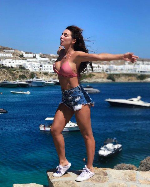 Рвутся на свободу: Анна Седокова с торчащими сосками свела подписчиков с ума